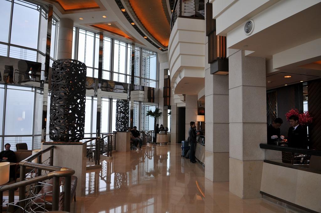 上海金茂君悦大酒店(GRAND HYATT SHANGHAI)54階のフロント。雲の中