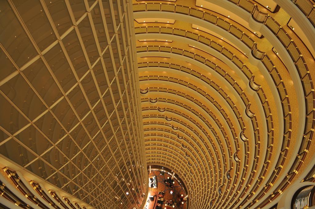 81階廊下から見降ろした吹き抜け。左側がエレベータ。円筒のパターンは各階の廊下手摺。