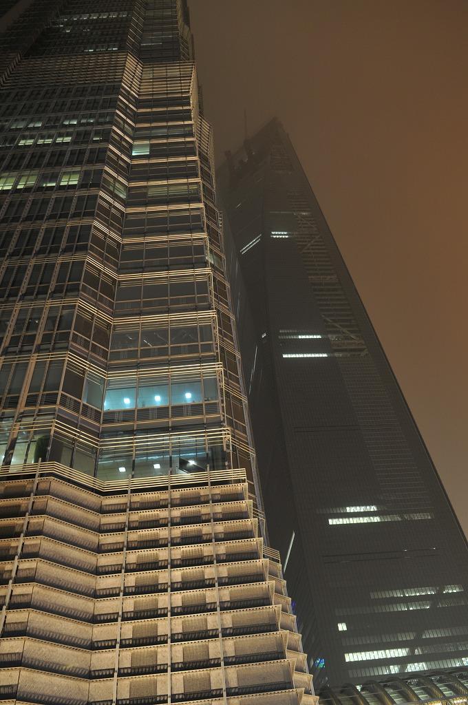 手前、泊まっている上海金茂君悦大酒店のビル。奥が建設中の上海環球金融中心。